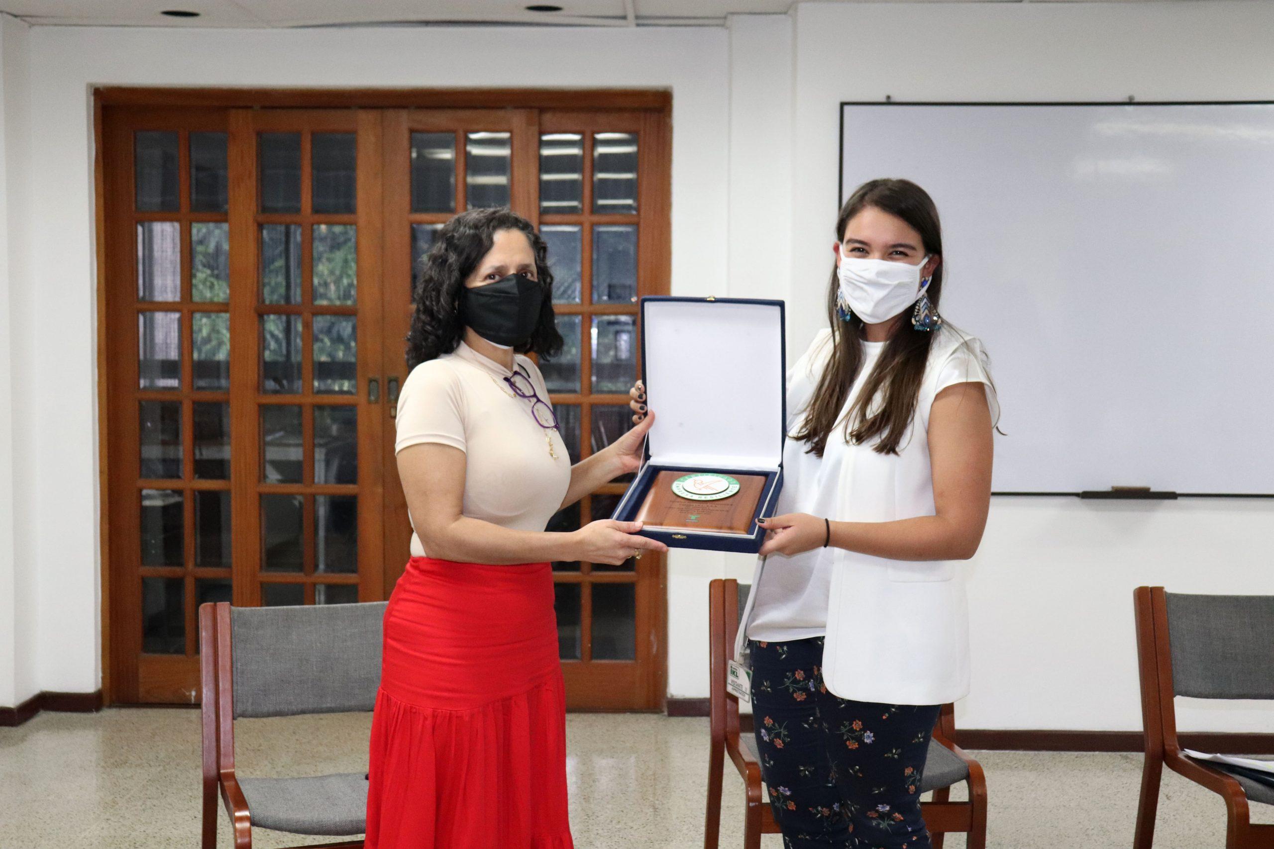 la-directora-ejecutiva-de-fenalco-antioquia-entrega-certificacion-a-carpas-ikl